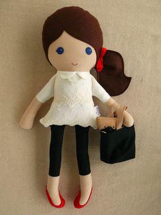 Reservado para Nikole - tela muñeca trapo muñeca muñeca pelo marrón en capas de encaje blanco vestido con Pug y bolsa