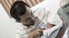 Edu alimentando a su bebe, como se ve el amor de padre