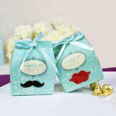 Süße Gastgeschenk-Verpackungen mit Etiketten-Aufkleber versehen = Platzkärtchen