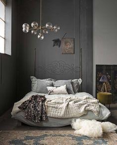 grijze slaapkamer met fluwelen sprei op bed grey bedroom with a velvet bedspread vtwonen