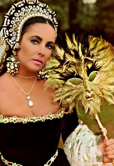 Elizabeth Taylor in the movie Anne of the Thousand Days wearing La Peregrina before it's blingy reset