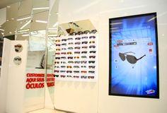 Flagship store Chilli Beans : un écran tactile de customisation pour les lunettes.