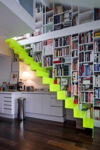 un escalier jaune fluo, qui donne le rythme à la bibliothèque et la pièce / yellow steps, stairs, neon