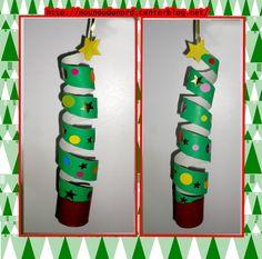 Mobile sapin de Noël  facile à réaliser avec un rouleau de sopalin de la peinture et des gommettes