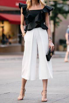 White culottes with black accents Preppy Outfits, Classy Outfits, Fashion Outfits, Vintage Outfits, Fashion Jackson, Street Style Summer, Spring Style, Inspiration Mode, Professional Outfits