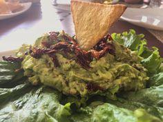 Guacamole con chapulines y totopos de nopal! #guacamole #chapulines #nopal #totopo #chips #aguacate #avocado #superfood #superfoodrecipe #clean #healthychoices #healthyfood #fit #protein #proteina #puebla #chef #gastronomia #foodporn #mexico #kamafruta by kamafruta