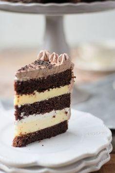 Schokotorte mit Cheesecake Füllung - Chocolate Birthday Cake with Cheesecake Filling #chocolate #schokolade   Das Knusperstübchen