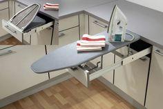 Выдвижная гладильная доска под рабочей поверхностью кухонного шкафчика.