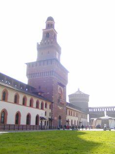 Binnenkant van de officiële toegangspoort. met aan de linkerkant de gerestaureerde muur, zoals het vroeger geweest zou zijn.