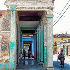 Caminando por la sombra en la calle Primelles y Santa Teresa en el municipio…