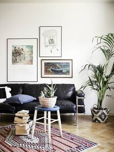 Small areas of the day: a studio apartment with weathered furniture