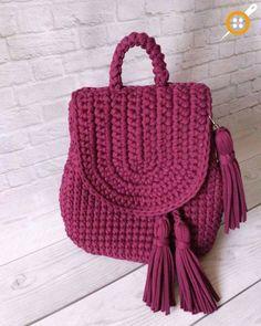 bolsa-mochila em-croche Mochila Bolsa de Crochê: Gráfico, Modelos e Fotos Crotchet Bags, Knitted Bags, Crochet Handbags, Crochet Purses, Crochet Shell Stitch, Crochet Stitches, Handmade Handbags, Handmade Bags, Crochet Backpack