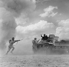 a faked picture of British troops capturing a DAK tank in Africa - At the second battle of El Alamein.German panzer crew give up the fight in Afrika Panzer Iii, Afrika Corps, North African Campaign, British Soldier, British Army, Man Of War, War Photography, Ww2 Tanks, German Army