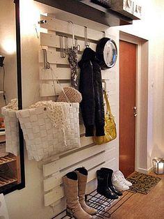 Use pallets no hall de entrada, também! Alinhado na parede ele pode guardar casacos e bolsas, e ainda fica um charme!