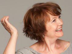 Wanneer je wat ouder begint te worden is het vaak ook wel zo handig een nieuwe haarstijl aan te nemen. Eentje die beter bij je leeftijd past. Hier zijn 9 leuke haarstijlen die daar geknipt voor zijn!