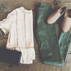Relaxed look. Like the style/texture of the shirt & shoes. While I like pull-on styles for pants, I'm a fan of the strange style of this pair. Mode Outfits, Casual Outfits, Fashion Outfits, Cute Outfits For Fall, Early Fall Outfits, Casual Ootd, Fashion 2015, Fashion Pants, Casual Shoes