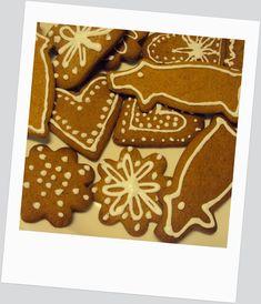 Piparien koristelu pikeeri on helppo tehdä itse!   #pikeeri #piparit Gingerbread Cookies, Desserts, Food, Gingerbread Cupcakes, Tailgate Desserts, Deserts, Eten, Postres, Dessert