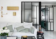 Esprit verrière, à galandage ou fixée sur un rail, la porte vitrée est une cloison qui apporte du cachet à nos intérieurs. Découvrez nos inspirations autour de la porte vitrée....