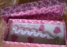 Grazioso bracciale realizzato con tecnica macramè con perle bianche e rosa, prezioso ciondolo con angelo ..confezionato in una elegante scatola naturalmente tutto rigorosamente fatto a mano! <3