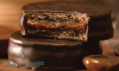 Dark Chocolate Alfajores by Cachafaz Classic Argentinian Sweet Gourmet Recipes, Dessert Recipes, Cooking Recipes, Alfajores Recipe Argentina, Sweet Desserts, Sweet Recipes, Food Dishes, Love Food, Biscuits