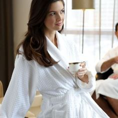 This Jacquard bathrobe is designed for both men and women. Made from cotton and with a velour finish on the outside, this bathrobe is perfect for a gift or for yourself! Spa Images, Peignoir, Sassy Pants, Classic Style, My Style, Five Star Hotel, Elegant, Stylish, Beauty