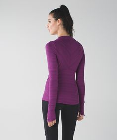 This long sleeve top was designed with a non-restrictive neckline so that nothing gets in the way of our cool-weather training. Made with soft, sweat-wicking Rulu™ fabric, we keep cozy during warm up and blow off steam when our run picks up the pace. Time to set (and crush) some PBs!