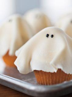 Cupcakes fantôme  avec pâte d'amandes...vanilla or spice cupcake base (or pumpkin!)...use homemade guimauve/marshmallow fluff...