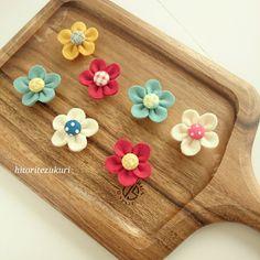 作り方~フェルトお花のマグネット~ | ひとり手作り子育て部。×hana no tane Pom Pom Crafts, Flower Crafts, Felt Crafts, Fabric Crafts, Sewing Crafts, Diy And Crafts, Paper Crafts, Felt Flowers, Fabric Flowers