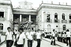 Estudantes na entrada da então Escola Estadual Benjamin Constant, na avenida Ramos Ferreira, Centro. Acervo: Jornal A Crítica.