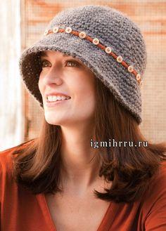 Серая шляпка с полями, украшенная тесьмой с пуговицами. Вязание крючком