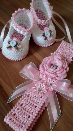 Easy Beginner Crochet Baby Blanket - Crochet Ideas Crochet Child Booties liveinte Knitting works include the time when ladies spend their down time, when selecting to just. Crochet Baby Clothes, Baby Girl Crochet, Crochet Baby Shoes, Crochet For Kids, Free Crochet, Headband Crochet, Booties Crochet, Headband Pattern, Crochet Children
