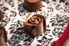 Nada es más romántico que un chocolate para endulzar el día de esa persona especial. Chocolate, Desserts, Ideas, Amor, Special Person, Friendship, Easy Recipes, Tailgate Desserts, Deserts