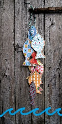 guirlande poissons- I like the burst of color on the wooden background. Wood Crafts, Diy And Crafts, Crafts For Kids, Arts And Crafts, Paper Crafts, Fabric Crafts, Fish Crafts, Beach Crafts, Fabric Fish