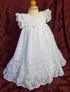 Este vestido de bautizo/bendición única es de ganchillo con hilo de algodón #10 blanco y acentuada con la cinta blanca alrededor de la cintura. El detalle de la blusa es a diferencia de cualquier otro Vestido de bautizo que se encontrará, con un escote cuadrado de crochet de encaje y una blusa adornada con filas de puntadas de palomitas de maíz. Se acaba la blusa con mangas cortas y con volados, que la falda es muy completa con 1500 yardas de hilo de sutura en la puntada de ganchillo bon...