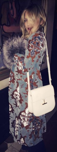 Who made  Kate Hudson's white handbag and blue print coat?