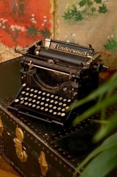 my soul needs to exfoliate its experiences via typewriter. i'm just so arcane like that Vintage Love, Vintage Beauty, Vintage Decor, Vintage Antiques, Retro Vintage, Vintage Items, Vintage Market, Vintage Images, Objets Antiques