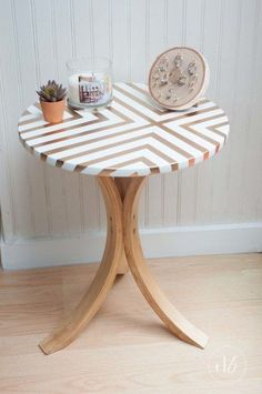 Ikea Side Table Makeover – Dwell Beautiful Dwell Beautiful takes an old Ikea table and gives it a gorgeous and trendy side table makeover using some tape, gold spray paint, and wood stain! Ikea Diy, Side Table Makeover, Painting Furniture Diy, Painted Furniture, Diy Spray Paint, Table Makeover, Ikea Side Table, Ikea Furniture Makeover, Ikea Table