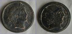 Voor en achterkant van een oude penning Ø 5,8 cm. Aan een kant een Januskop. Mooie groene patina met zandresten.