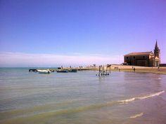 La riva del mare con la bellissima Chiesetta della Madonnina