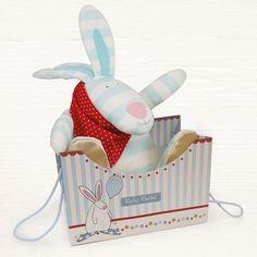 Rufus Rabbit Kosekanin med lyd Blå med gavepose. Herlig søt kosekanin. Hvordan ta vare på Rufus kosekanin: Lek med de knitrende ørene.  Klem på den så lager den nyse/pipelyder. Rist på den myke kaninen så ringer bjellen i magen. Stryk over de nusselige føttene som er laget av silke. Kos med Rufus kosekanin og han vil bli hos deg for alltid. Leveres i en nydelig gavepose med farge både utenpå og inni. Rufus Rabbit Kosekanin stimulerer mange av barnets sanser.  Størrelse Kosekanin:18 x 27 cm.