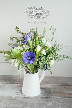 весенний букет с синими анемонами и ветками