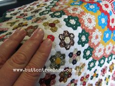 """Hexagon quilt English Paper Piecing Love making the """"flowers"""".so looking for ways to put them together:) Small Quilts, Mini Quilts, Scrappy Quilts, Quilting Projects, Quilting Designs, Quilting Ideas, Miniature Quilts, Doll Quilt, English Paper Piecing"""