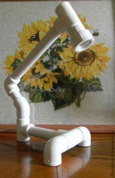 Прочная и надежная настольная лампа из пластиковых труб