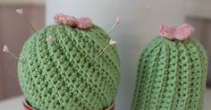 Jeg må jo hellere følge med bølgen og hækle et par kaktusser :-)   Disse to kaktusser er super nemme at hækle.   Her får i en udførlig DI...