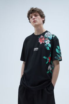 Round neck T-shirt with short sleeves, a print and contrast patches. HEIGHT OF MODEL: 189 cm. Shirt Logo Design, Tee Shirt Designs, Basic Outfits, Edgy Outfits, Graphic Shirts, Printed Shirts, Japanese Streetwear, Apparel Design, Mens Tees