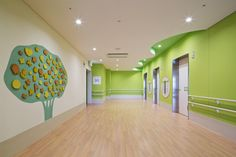兵庫県立こども病院 - WORKS | 島津環境グラフィックス有限会社 Daycare Design, Dental Office Design, School Design, Clinic Interior Design, Clinic Design, Children's Clinic, Nursing Home Activities, Hospital Design, Environmental Graphics