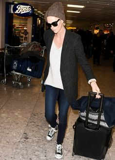 Charlize Theron Sets the Bar High for Cool, Comfortable Airport Style Airport Chic, Airport Style, Charlize Theron Style, Blazer With Jeans, Skinny Jeans, Ladies Dress Design, Star Fashion, Fall Fashion, Jeans Style