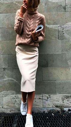 Faldas midi. Ideales para combinar ahora con suéteres. Los look otoñales se verán fantásticos y cómodos si creas propuestas diferentes y combinas con tenis en vez de tacones. ¿Te gusta este estilo?