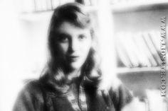"""Forse la poesia più conosciuta di Sylvia Plath. Non ho trovato alcuna lettura ma una """"recitazione"""" di questa poesia.  """"Io sono verticale Ma preferirei essere orizzontale. Non sono un albero con radici nel suolo succhiante minerali e amore materno così da poter brillare di foglie a ogni marzo, né sono la beltà di un'aiuola ultradipinta che susciti grida di meraviglia, senza sapere che presto dovrò perdere i miei petali. Confronto a me, un albero è immortale e la cima di un fiore, non alta, ma…"""