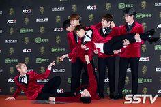 BTOB, who are known for their iconic red carpet photos, continue their legacy with derpy photos of a missing member. Hyunsik Btob, Yook Sungjae, Lee Minhyuk, Shinee, Jonghyun, Meme Faces, Funny Faces, Btob Kpop, Im Hyun Sik